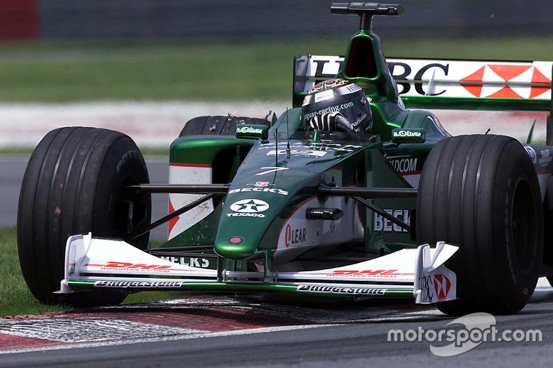 Eddie Irvine au volant de la Jaguar R1