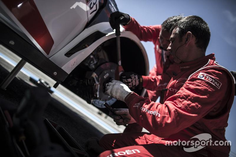 Citroën World Touring Car team mechanic at work