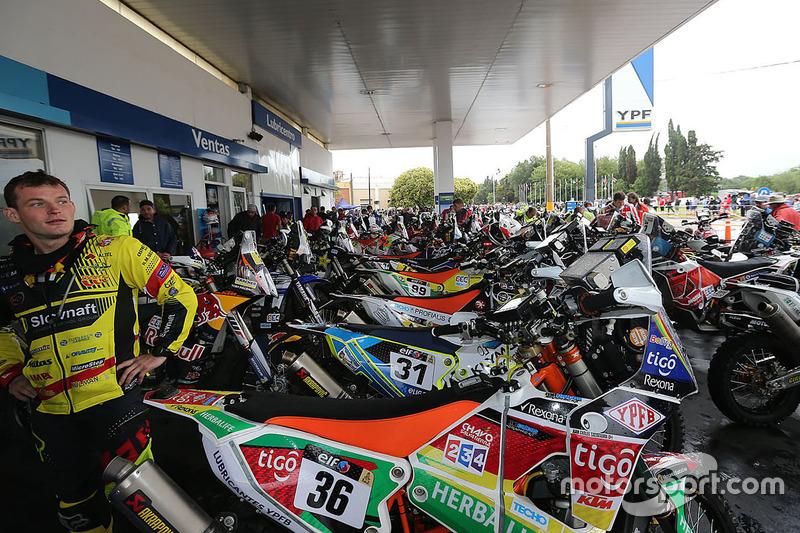 El convoy de motos y quads convoy se detiene en una estación de gasolina.