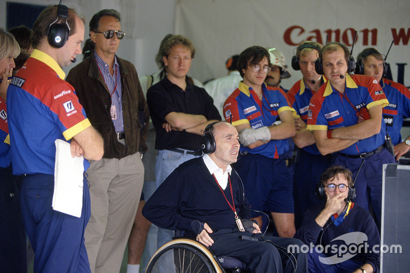Adrian Newey y Frank Williams miran la acción de la carrera