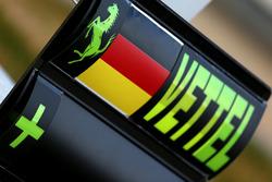 Señales de pits en la pizarra para Sebastian Vettel, Ferrari