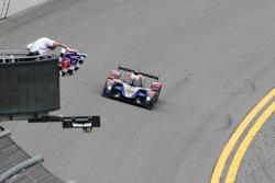 Машина Маурицио Медиани, Николя Минассяна, Михаила Алёшина и Кирилла Ладыгина, #37 SMP Racing BR01 Nissan пересекает финишную черту