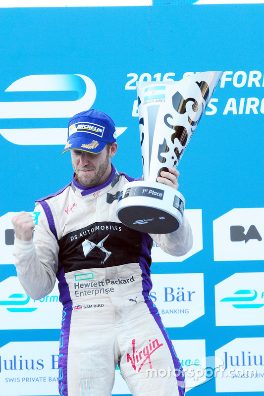 Podio: ganador Sam Bird, DS Virgin Racing Formula E Team