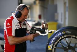 Porsche Team - Techniker bei der Arbeit
