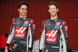 Esteban Gutierrez, Haas F1 Team, und Romain Grosjean, Haas F1 Team, enthüllen den Haas VF-17