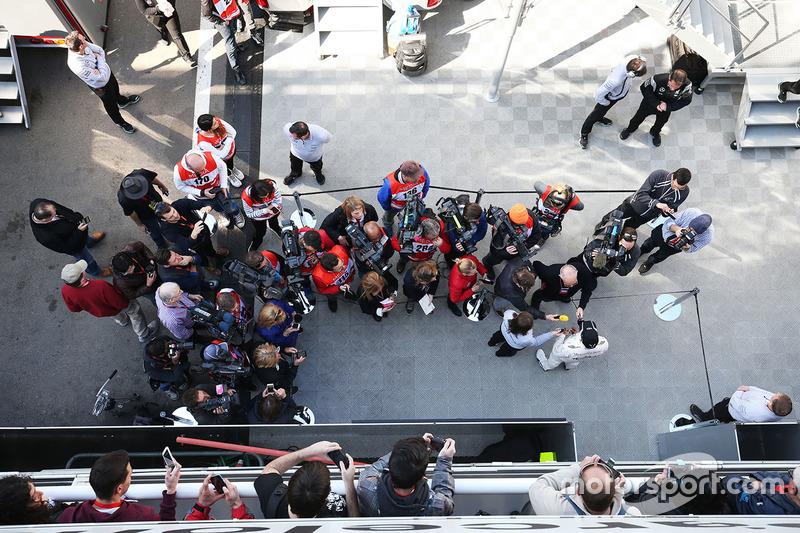 Lewis Hamilton, Mercedes AMG F1 Team im Gesräch mit der Presse
