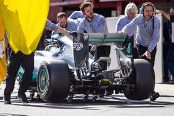 Lewis Hamilton, Mercedes AMG F1 W07 Hybrid es llevado a pits después de detenerse en el pit lane