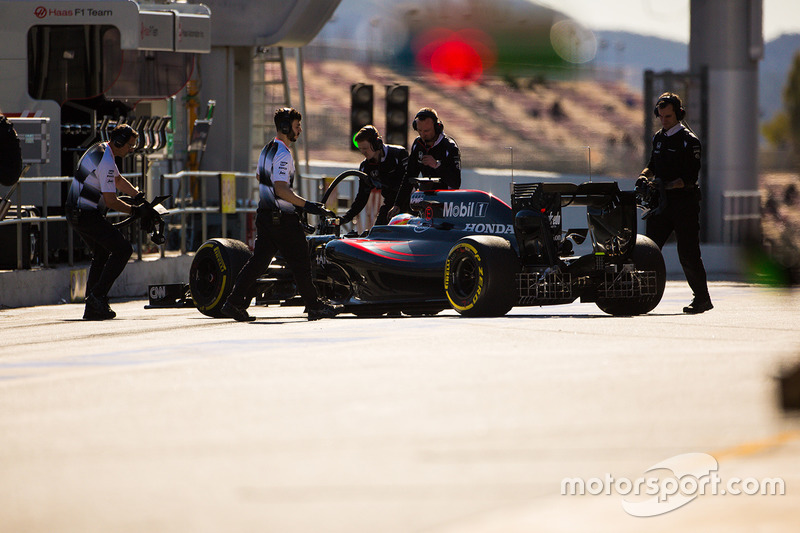Фернандо Алонсо, McLaren MP4-31 в гараже