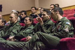 Fränzöscher Luftwaffenpilot bereitet Piloten und Fahrer für den Flug vor