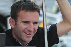 Romain Dumas regarde ses coéquipiers de l'équipe Penske IndyCar