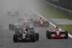 Sebastian Vettel, Scuderia Toro Rosso, STR03 y Heikki Kovalainen, McLaren Mercedes, MP4-23