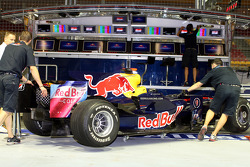 Crew members with the RB4 of David Coulthard