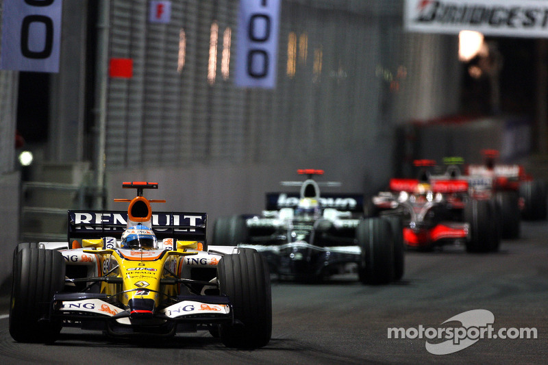 Fernando Alonso, Renault F1 Team, R28; Nico Rosberg, WilliamsF1 Team, FW30