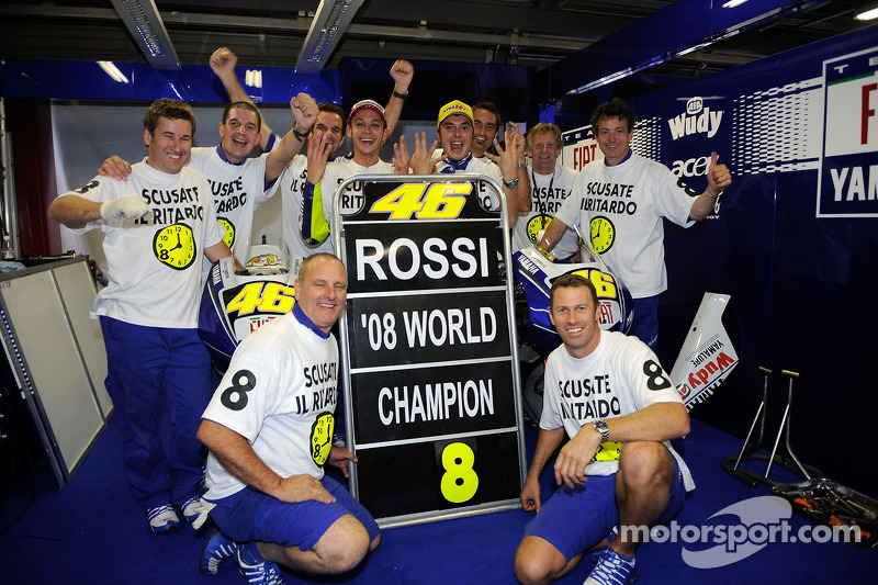 Valentino merayakan gelar juara dunia 2008 bersama timnya