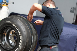 Scuderia Toro Rosso, preparing tyres