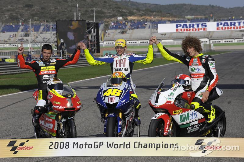 Переможці чемпіонату MotoGP: чемпіон класу 125 куб.см Майк ді Мельо, чемпіон класу MotoGP Валентино
