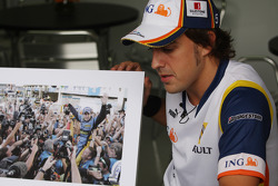 Fernando Alonso, Renault F1 Team is shown pictures of himself taken from past seasons
