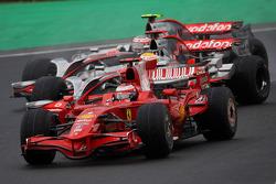Kimi Raikkonen, Scuderia Ferrari, F2008 et Lewis Hamilton, McLaren Mercedes, MP4-23
