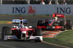 Jarno Trulli, Toyota Racing, TF109 por delante de Lewis Hamilton, McLaren Mercedes, MP4-24