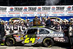 Race winner Jeff Gordon, Hendrick Motorsports Chevrolet, celebrates with his team