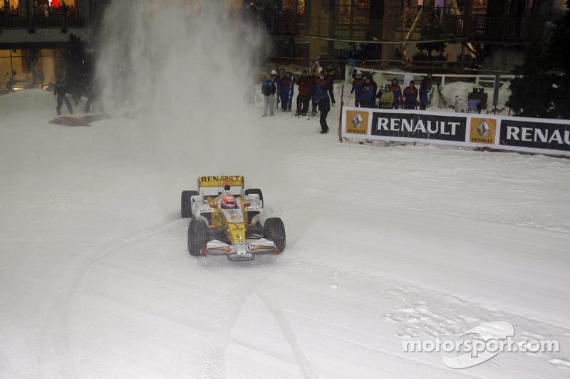 Renault F1 R28 їде по снігу в парку Ski Dubai