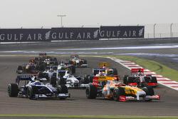 Start: Fernando Alonso, Renault F1 Team and Nico Rosberg, Williams F1 Team