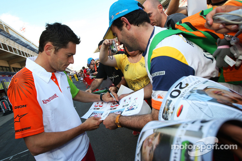 Giancarlo Fisichella, Force India F1 Team signing autographs for the fans