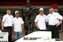 Nick Fry, CEO de BrawnGP, Rubens Barrichello, Brawn GP, le Terminator, Jenson Button, Brawn GP et Ross Brawn, directeur général de Brawn Grand Prix