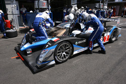 Pit stop for #7 Team Peugeot Total Peugeot 908 HDi FAP: Nicolas Minassian, Christian Klien, Simon Pagenaud