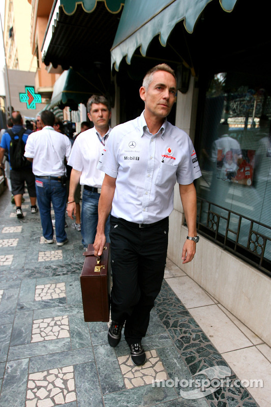 Martin Whitmarsh, CEO McLaren gaat naar meeting met Bernie Ecclestone en Max Mosley