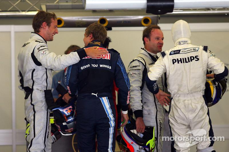 Дженсон Баттон (Brawn Mercedes) вітає Себастьяна Феттеля (Red Bull Renault) з поулом
