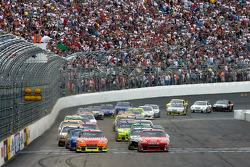 Start: Tony Stewart, Stewart-Haas Racing Chevrolet and Jeff Gordon, Hendrick Motorsports Chevrolet lead the field