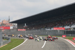 Start of the race with Mark Webber, Red Bull Racing, Rubens Barrichello, Brawn GP, Lewis Hamilton, McLaren Mercedes