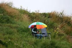 Одинокий фанат на холме