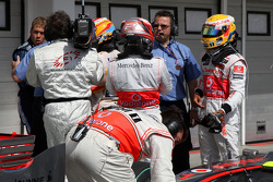 Ganador de la pole Fernando Alonso, Renault F1 Team tries to figure the final qualifying order with Heikki Kovalainen, McLaren Mercedes, and Lewis Hamilton, McLaren Mercedes
