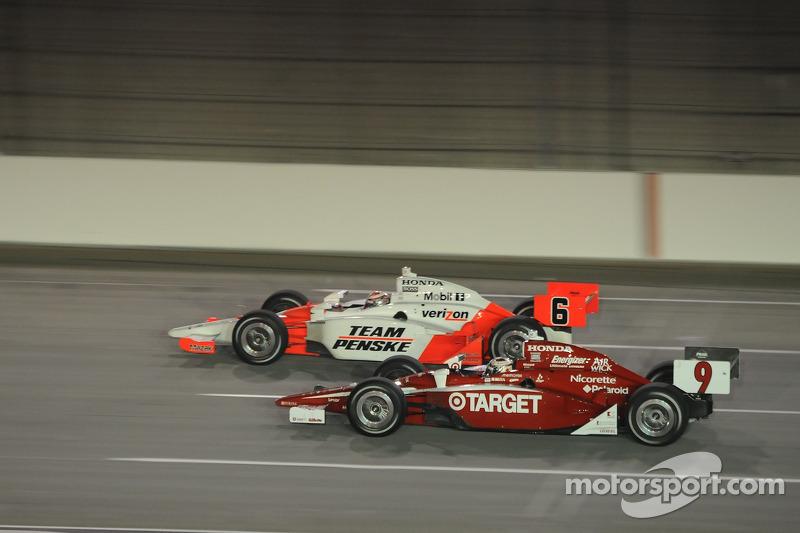 Ryan Briscoe, Team Penske runs with Scott Dixon, Target Chip Ganassi Racing