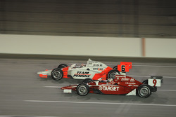 Ryan Briscoe, Team Penske runs with Scott Dixon, Target Chip Ganassi Racing