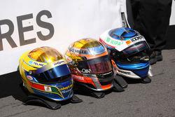Cascos de ganador de la carrera Jules Bianchi, ART Grand Prix Dallara F308 Mercedes, el segundo lugar Valtteri Bottas, ART Grand Prix Dallara F308 Mercedes, el tercer lugar a Esteban Gutiérrez, ART Grand Prix Dallara F308 Mercedes