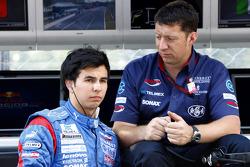 Sergio Pérez con su ingeniero de carrera