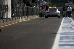 De FIA Safety Car verlaat de pitstraat