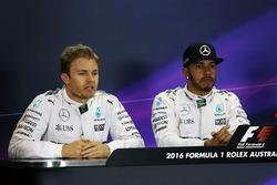 Le poleman Lewis Hamilton, Mercedes AMG F1 Team, le deuxième, Nico Rosberg, Mercedes AMG F1 Team lors de la conférence de presse