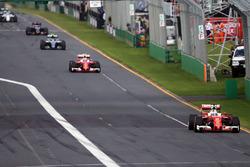 Себастьян Феттель, Ferrari SF16-H лидирует на старте гонки