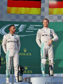 Подиум: победитель Нико Росбергов, Mercedes AMG F1 Team, второе место - Льюис Хэмилтон, Mercedes AMG F1 Team