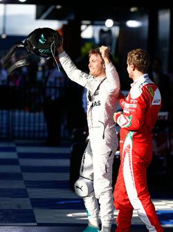 Победитель - Нико Росберг, Mercedes AMG F1 Team празднует в закрытом парке, рядом - Себастьян Феттель, Ferrari