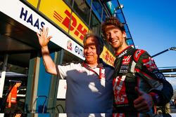 Gene Haas, Haas Automotion Präsident feiert den 6. Platz von Romain Grosjean, Haas F1 Team bei Debut vom Team