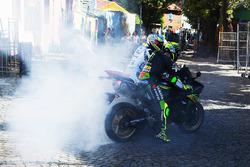 Yonny Hernandez, Aspar Racing Team; Pol Espargaro, Monster Yamaha Tech 3, mit Burnouts auf öffentlichen Straßen