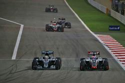 Lewis Hamilton, Mercedes AMG F1 Team W07 und Romain Grosjean, Haas F1 Team VF-16