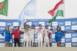 Podium: tweede plaats Tiago Monteiro, Honda Racing Team JAS, Honda Civic WTCC; eerste plaats José María López, Citroën World Touring Car Team, Citroën C-Elysée WTCC; derde plaats Norbert Michelisz, Honda Racing Team JAS, Honda Civic WTCC; Mehdi Bennani, Sé
