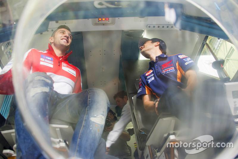Andrea Iannone, Ducati Team, Dani Pedrosa, Repsol Honda Team durante una visita a la NASA Johnson Space Center