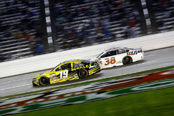 Carl Edwards, Joe Gibbs Racing Toyota and Landon Cassill, Front Row Motorsports Ford